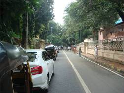 A picture of the lane leading to the Ramakrishna Math and Mission in Mumbai.